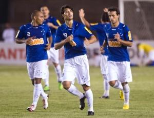 Pedro Ken (c) comemora o 2º gol do Cruzeiro na vitória sobre o Deportivo Italia, após ser vaiado
