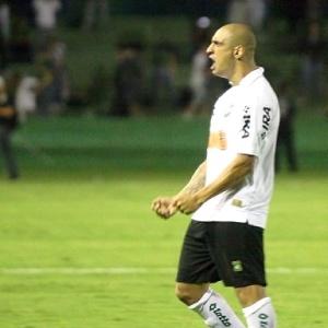 Ariel comemora gol na vitória do Coritiba sobre o Paraná, marcado nos últimos minutos do jogo