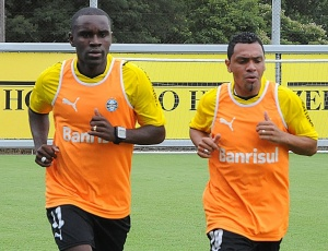 Hugo e Leandro (d) são os dois 'reforços' imediatos no time do técnico Silas, de onze vitórias seguidas
