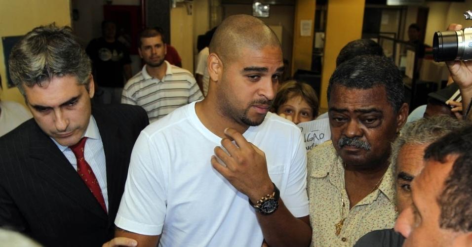 Jogador Adriano do Flamengo na 22ª Delegacia Policial na Penha, para depor sobre compra de moto em nome de mãe de um traficante da favela da Chatuba