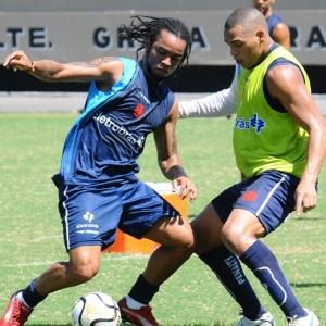 Carlos Alberto dribla Titi durante treinamento do Vasco