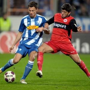 Prokoph (esq.), do Bochum, disputa bola com Korkmaz, na derrota para o Eintracht Frankfurt