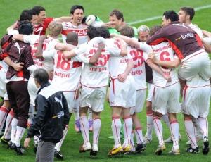 Jogadores do Stuttgart comemoram após a vitória