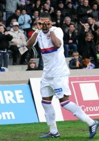 Michel Bastos comemora ao marcar na vitória do Lyon