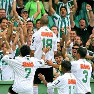 Ariel (18) comemora o gol que deu a vitória por 2 a 1 ao Coritiba sobre o Corinthians-PR