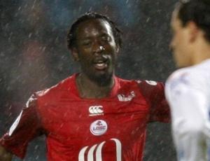 Lersen Toure celebra gol do Lille contra o Montpellier que leva a equipe à quarta colocação