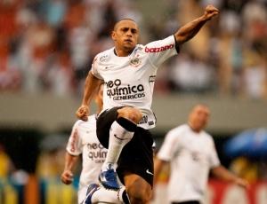 Roberto Carlos, 37, completou 21 jogos oficiais seguidos e se destaca em vários fundamentos