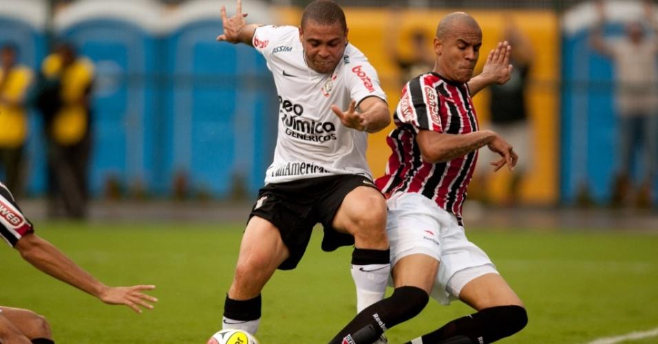 Ronaldo divide bola com Alex Silva no clássico entre Corinthians e São Paulo