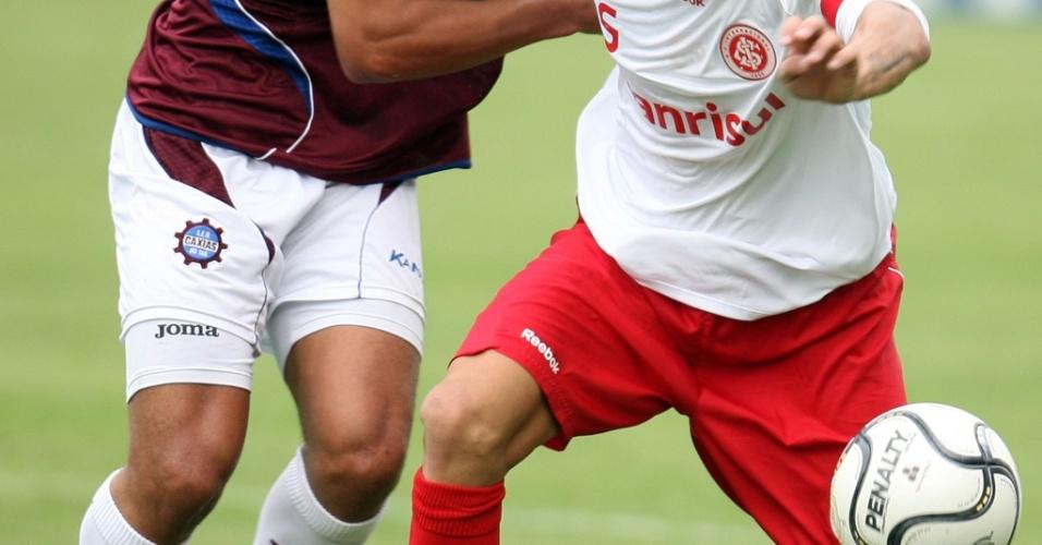 Guiñazu, volante do Inter, em ação contra o Caxias