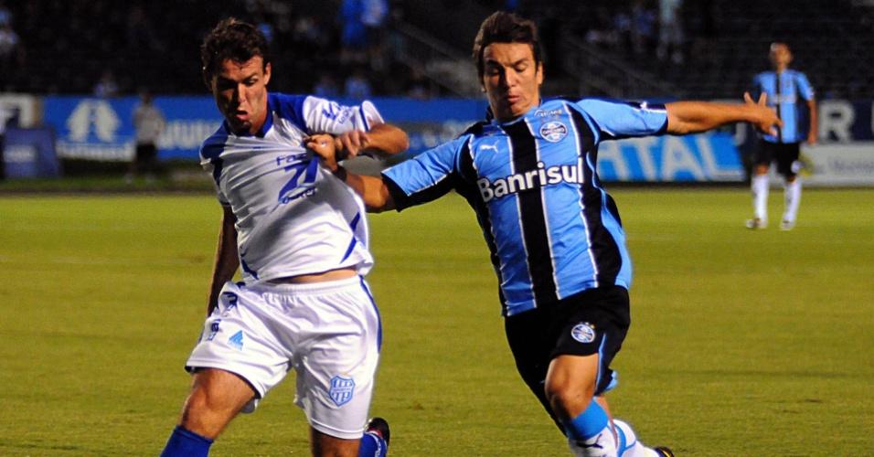 Mithyuê, meia do Grêmio, em ação contra o Esportivo