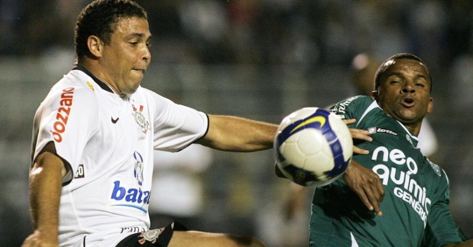 Vitor disputa bola com Ronaldo no jogo entre Corinthians e Goiás no Brasileirão de 2009