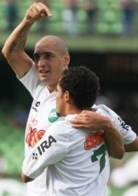 Ariel comemora um dos três gols marcados contra o Paranavaí