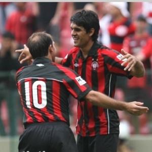 Javier Toledo (dir.) completou cruzamento de Paulo Baier, no gol da vitória do Atlético-PR