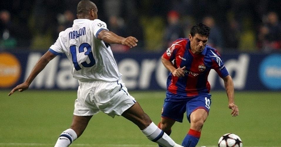 González, do CSKA, tenta passar pela marcação de Maicon, da Inter
