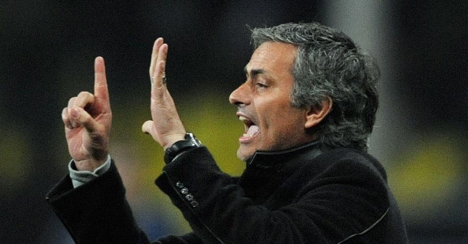 José Mourinho orienta jogadores da Inter durante jogo contra CSKA