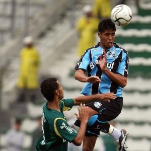 Willian Magrão pode conquistar titularidade no meio campo do Grêmio; time é diferente do 1º confronto