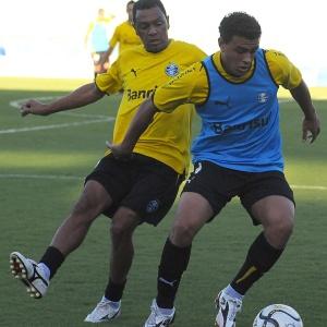 Maurício (de azul) não tem sido relacionado e pode deixar o Grêmio ao fim do Campeonato Gaúcho