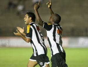 Zé Luís comemora o primeiro gol no empate do Atlético com o América por 2 a 2 no Ipatingão