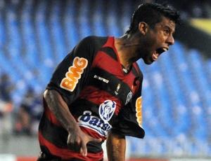 Leonardo Moura fez o segundo gol do Flamengo, mas o time sofreu empate nos minutos finais