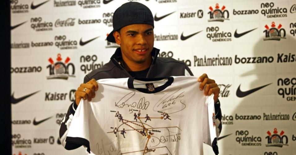 Dentinho exibe camisa em alusão ao gol 10 mil do Corinthians