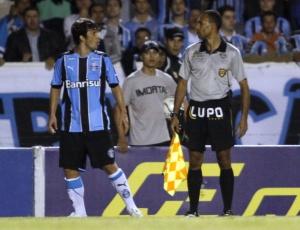 Douglas reclama do bandeirinha João Lúcio de Souza; Grêmio descarta punir jogador por expulsão