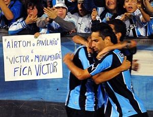 Torcedores levam cartaz para o estádio a fim de fazer com que Victor permaneça no Grêmio