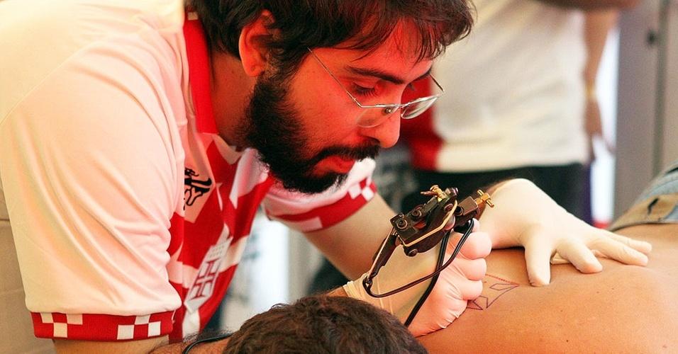 Torcedor do Vasco faz tatuagem na tentativa do time de entrar no Livro dos Recordes