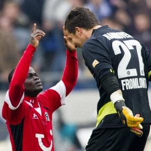 Com dois gols, Didier Ya Konan (e) foi o destaque da vitória do Hannover 96 sobre o Schalke 04