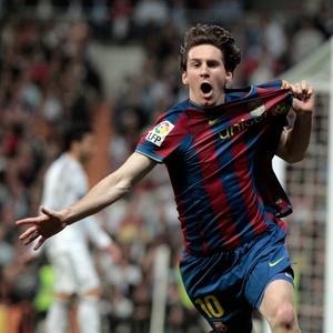 <strong>NA PONTA</strong> Messi comemora um dos gols do Barça na vitória sobre o Real Madrid, no sábado: resultado valeu 3 pontos de vantagem no Espanhol