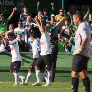 Ariel (apontando para o alto) comemora o primeiro gol do Coritiba contra o Operário, neste domingo