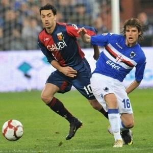 Andrea Poli, da Sampdoria, à direita, disputa bola <br> com Palladino, da Genoa, no clássico italiano