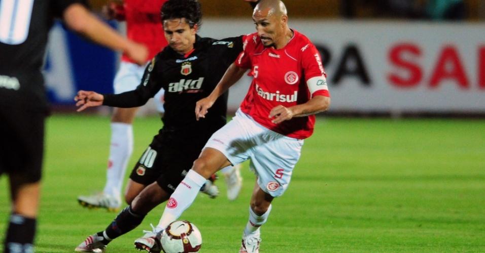 Guiñazu, volante do Inter, em ação contra o Deportivo Quito