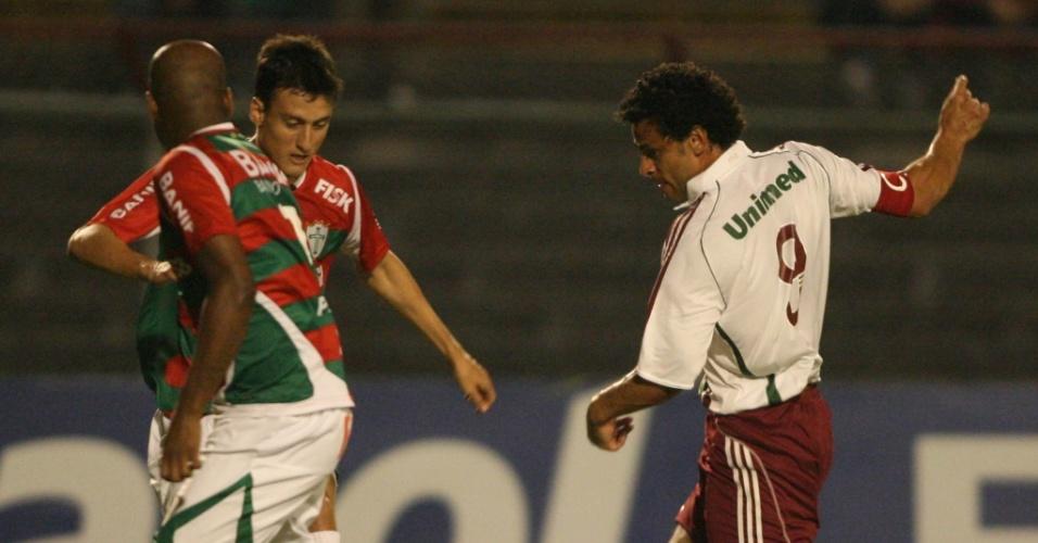 Fred tenta o drible em cima dos marcadores da Portuguesa em lance da partida no Canindé