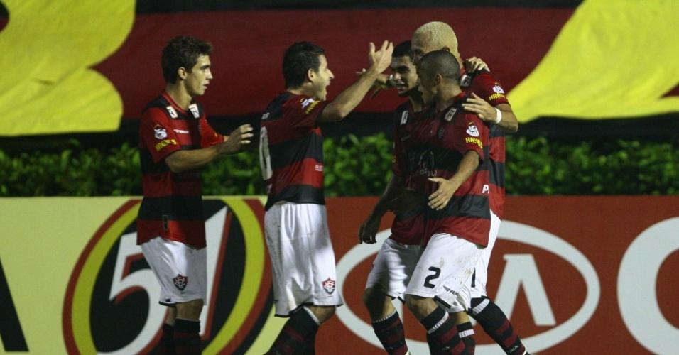 Jogadores do Vitória celebram gol contra o Goiás