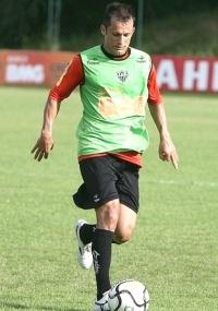 Volante Correa descarta voltar a atuar no futebol da Ucrânia