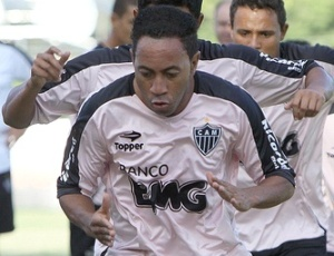 Luxemburgo diz que Júnior (f), de 37 anos, não está no mesmo nível da dupla Leandro e Fernadinho