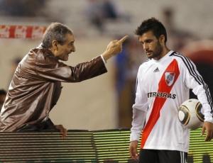 Novo técnico do River Angel Cappa (e) conversa com Ferrari, que marcou o gol da vitória da equipe