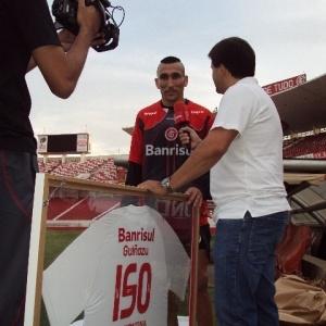 Guiñazu, volante do Inter, recebe homenagem por 150 jogos