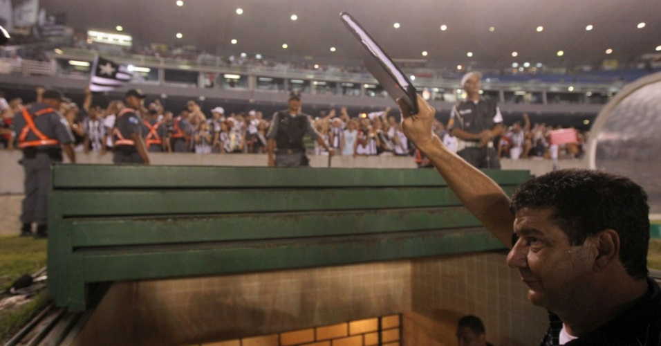 Joel Santana ergue sua famosa prancheta na saída do campo