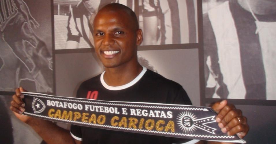 Goleiro Jefferson posa com a faixa de campeão estadual pelo Botafogo