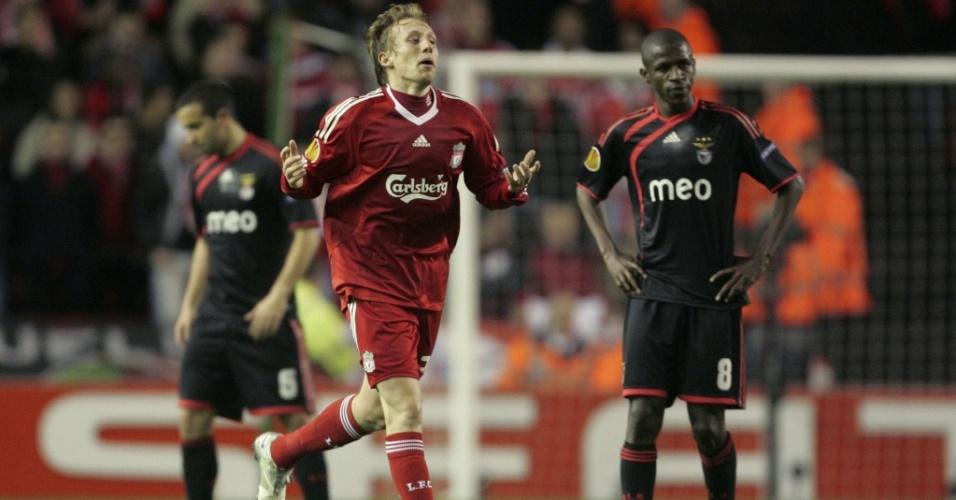 O volante brasileiro Lucas comemora gol contra o Benfica pela Liga Europa
