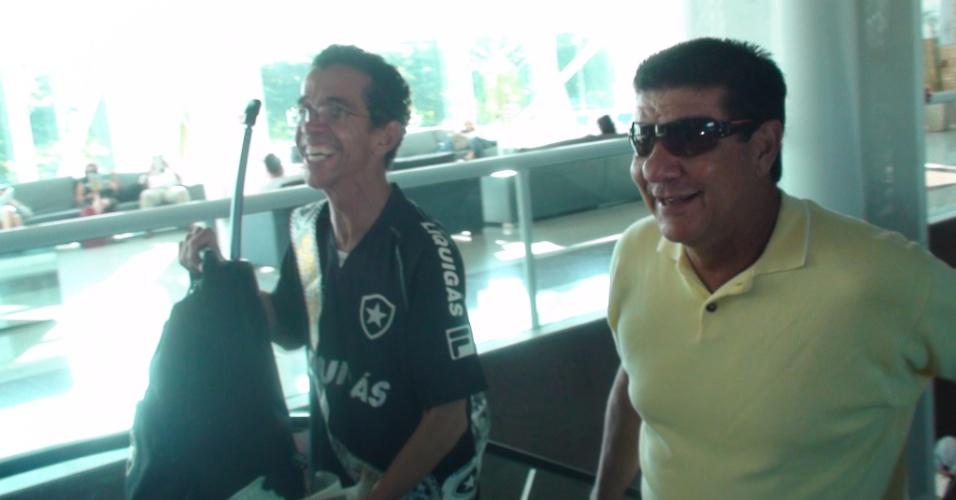 Torcedor José Dilson carrega a mala para o técnico Joel Santana, do Botafogo