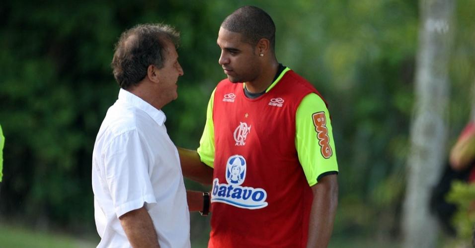 Adriano e Zico conversam em treino do Flamengo