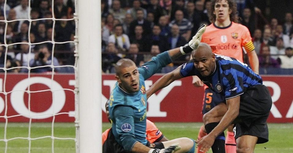 Maicon toca de direita para fazer o segundo da Inter na vitória sobre o Barcelona