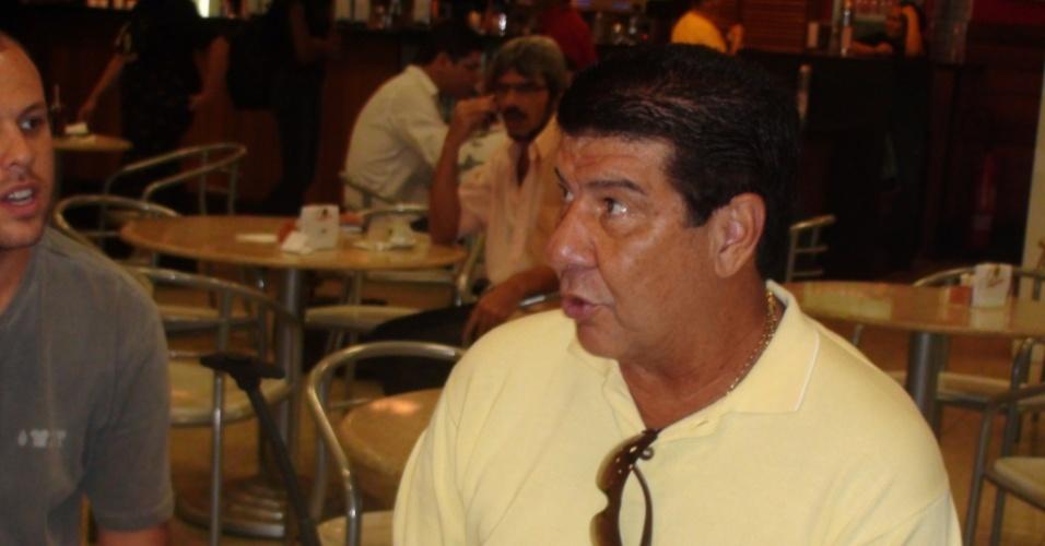 Técnico Joel Santana concede entrevista coletiva pouco antes de sua viagem para São Paulo