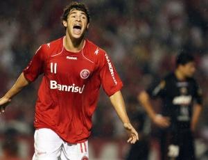 Giuliano marcou no jogo que é referência, mas contra o Banfield fica no banco de reservas