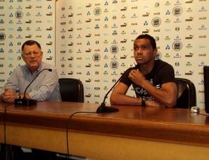 Diretor de futebol, Luiz Onofre Meira, e meia Leandro, deram coletiva para esclarecer polêmica