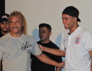 Dentinho é homenageado no Corinthians e recebe os cumprimentos do ex-jogador Biro Biro