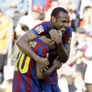 Jeffren (nº 20) é abraçado por Henry após fazer o primeiro gol do Barcelona em jogo contra o Xerez