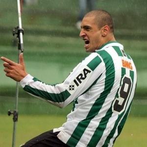Ariel comemora gol contra o Cascavel, que o levou à artilharia do Campeonato Paranaense